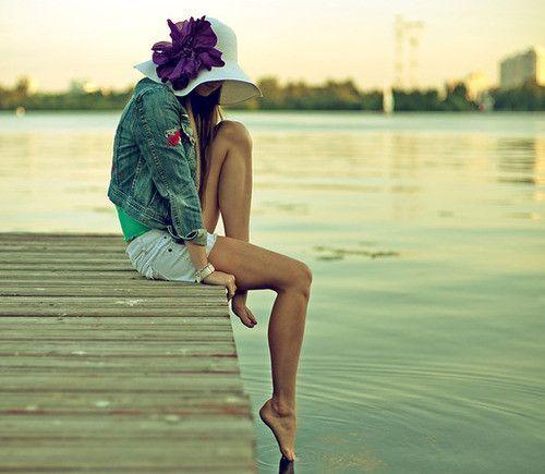 Femme au bord de l'eau.